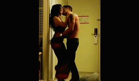 बगल के अंग्रेजों की सेक्सी मूवी पिक्चर कमरे में आकर्षक महिला